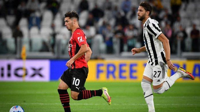 Brahim Diaz vs Manuel Locatelli di Liga Italia Serie A antara Juventus vs AC Milan di stadion Juventus di Turin, pada 19 September 2021.