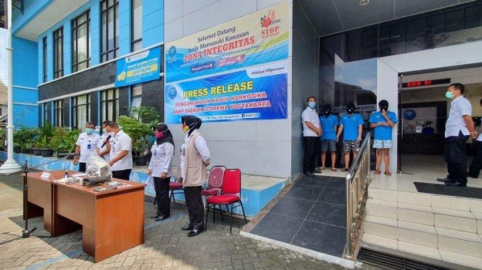 BREAKING NEWS : BNNP DI Yogyakarta Ringkus Mahasiswa yang Tebar Benih Ganja di Halaman Kost