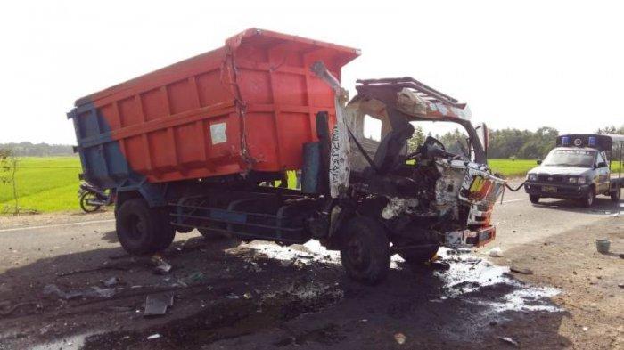 BREAKING NEWS : Dua Dump Truck Adu Banteng, Satu Orang Terluka Parah