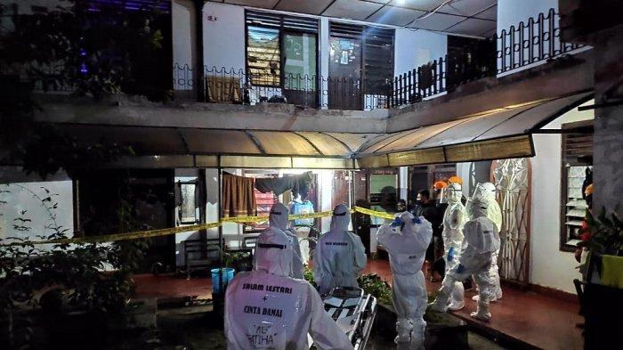 Petugas melakukan evakuasi terhadap jenazah mahasiswi Magister yang ditemukan membusuk di sebuah indekos di kawasan Umbulharjo, Senin (26/10/2020).