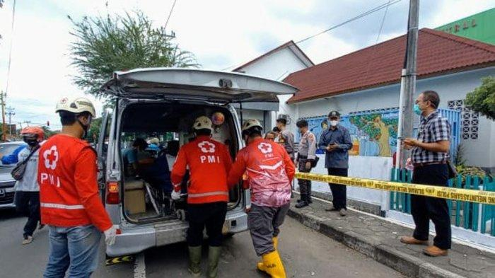 Proses evakuasi jasad AS (39) di selokan depan RSUD Wonosari, Gunungkidul, Sabtu (03/06/2021) pagi. AS diketahui pasien UGD RS tersebut dan melarikan diri pada malam harinya.