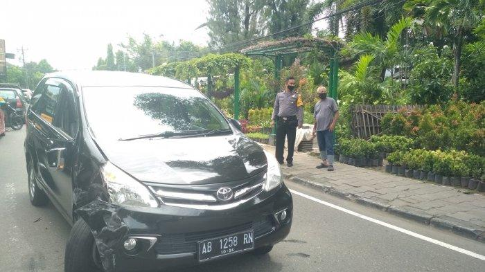 BREAKING NEWS : Sopir Mengantuk, Avanza Tabrak Minibus di Perempatan Mandala Krida