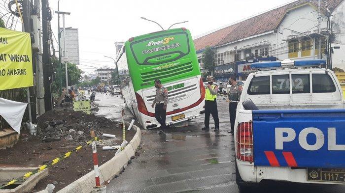 BREAKING NEWS : Tak Sanggup Manuver, Bus Pariwisata Terperosok di Tugu Yogyakarta