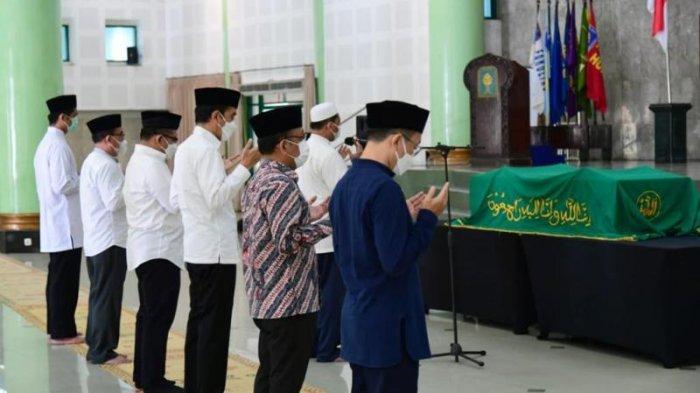 BREAKING NEWS : Tiba di Kampus UII Yogyakarta, Presiden Jokowi Salatkan Jenazah ArtidjoAlkostar