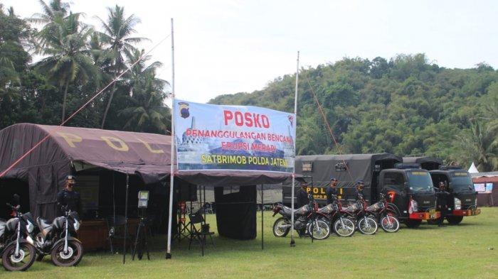 Satuan Brimob Polda Jateng disiagakan di Posko Tanggap Bencana di Kabupaten Magelang, Selasa (17/11). Selain personel, Brimob juga menyiapkan peralatan SAR, dapur lapangan, water treatment dan lima unit kendaraan truk untuk evakuasi warga.