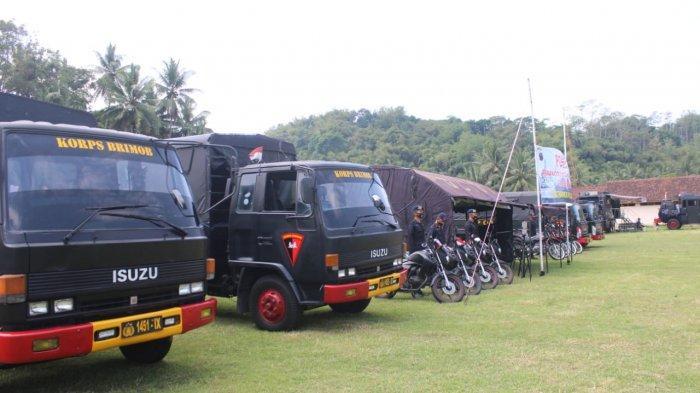 Satuan Brimob Polda Jateng disiagakan di Posko Tanggap Bencana di Kabupaten Magelang, Selasa (17/11/2020). Selain personel, Brimob juga menyiapkan peralatan SAR, dapur lapangan, water treatment dan lima unit kendaraan truk untuk evakuasi warga.