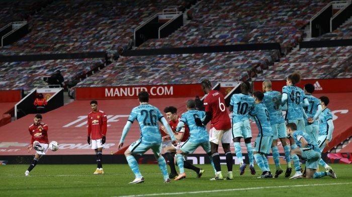 Bruno Fernandes menembak dari tendangan bebas di Piala FA Inggris  Manchester United vs Liverpool di Old Trafford di Manchester, 24 Januari 2021.