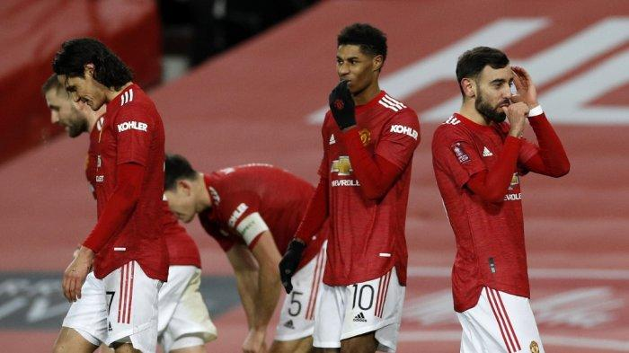 Bruno Fernandes merayakan gol ketiga timnya di Piala FA Inggris Manchester United vs Liverpool di Old Trafford di Manchester 24 Januari 2021.