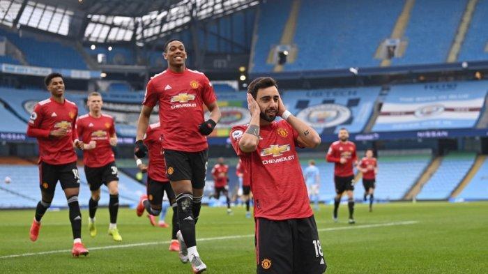 Bruno Fernandes merayakan gol pembuka di Liga Inggris Manchester City vs Manchester United di Stadion Etihad di Manchester, pada 7 Maret 2021 .