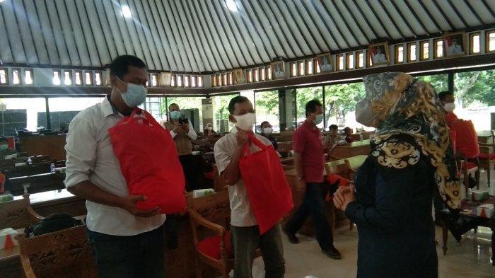 Bupati Sri Mulyani Serahkan Bantuan Sembako bagi PKL Alun-alun Klaten