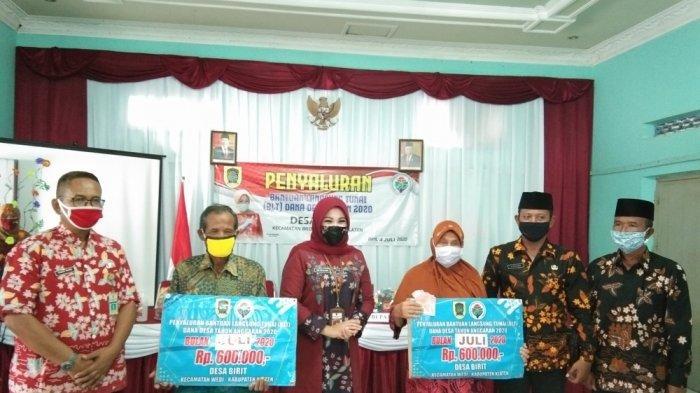 Bupati Klaten Sri Mulyani Serahkan BLT Tahap III ke Warga Desa Birit yang Terdampak Covid-19