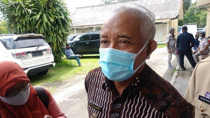 Bupati Sleman, Sri Purnomo memberikan keterangan pada wartawan di Gedung Serbaguna Sleman, Rabu (16/12/2020).