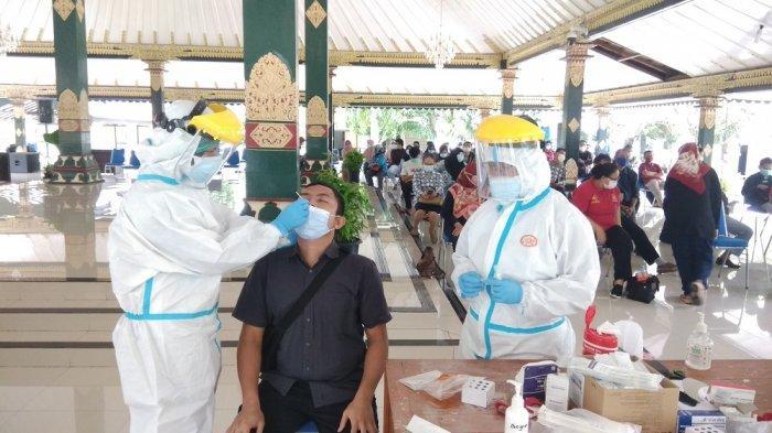 Petugas melakukan swab antigen kepada warga di Pendopo Parasamya, menyusul Bupati Sleman dan sejumlah Pegawai di Disdukcapil Sleman dinyatakan positif.