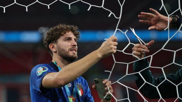 Gelandang Manuel Locatelli memotong jaring gawang setelah Italia memenangkan pertandingan sepak bola final UEFA EURO 2020 antara Italia dan Inggris di Stadion Wembley di London pada Juli 2021.