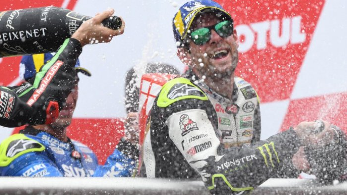 Pebalap LCR Honda, Cal Crutchlow, merayakan kemenangannya pada seri balap kedua GP Argentina di Autodromo Termas de Rio Hondo, Minggu (8/4/2018).