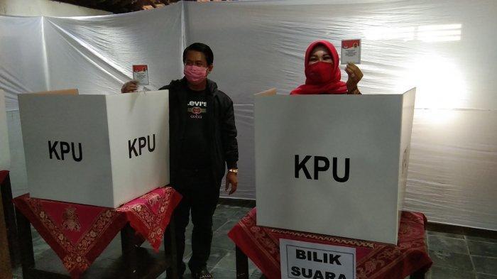 Calon Bupati Klaten, Sri Mulyani saat mencoblos di TPS 007 Posakan Barat, Desa Cawas, Kecamatan Cawas, Kabupaten Klaten, Rabu (9/12/2020).