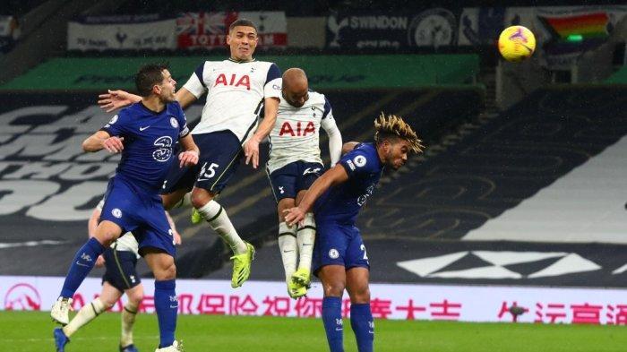 Carlos Vinicius dan Azpilicuetadi Liga Inggris Tottenham vs Chelsea di Stadion Tottenham Hotspur di London, pada 4 Februari 2021.