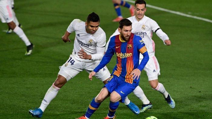Casemiro dan Lionel Messi di Liga Spanyol El Clasico Real Madrid vs Barcelona di stadion Alfredo di Stefano di Valdebebas, di pinggiran Madrid pada April 10, 2021.