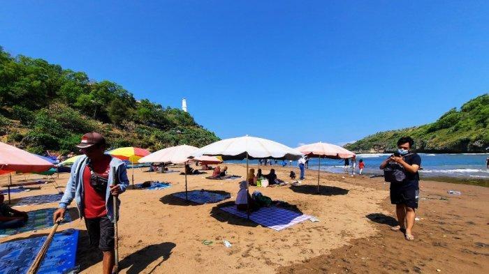 Deretan payung yang disewakan untuk wisatawan di Pantai Baron, Tanjungsari, Gunungkidul.