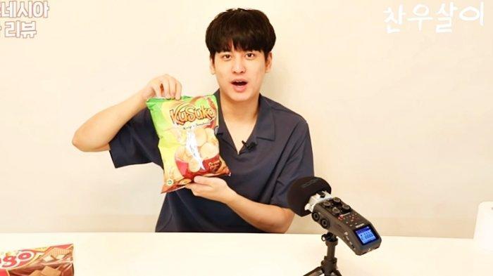 Chan Woo iKON memamerkan Keripik Singkong Kusuka
