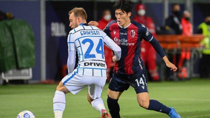 Christian Eriksen dan Takehiro Tomiyasu di Liga Italia Serie A Bologna vs Inter Milan 3 April 2021 di stadion Renato-Dall'Ara di Bologna.