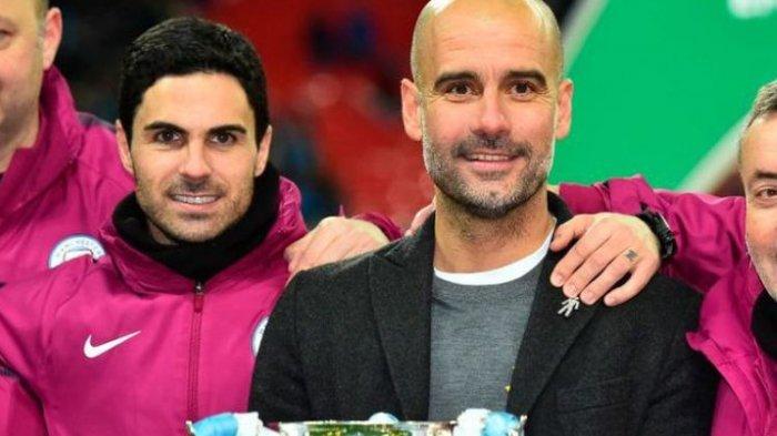Mikel Arteta dan Pep Guardiola merayakan keberhasilan Manchester City menjuarai Piala Liga Inggris, 25 Februari 2018. (AFP/GLYN KIRK)