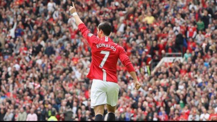 Cristiano Ronaldo mengenakan nomor punggung 7 saat bermain di Manchester United.