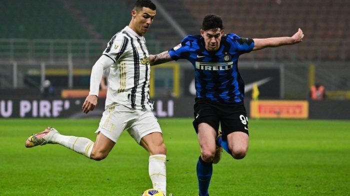 Cristiano Ronaldo dan Alessandro Bastoni di semifinal Piala Italia Inter Milan vs Juventus pada 2 Februari 2021 di stadion San Siro di Milan.