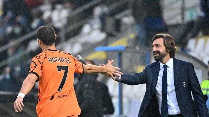 Striker Portugal Juventus Cristiano Ronaldo (kiri) merayakan dengan pelatih Andrea Pirlo setelah mencetak gol selama pertandingan sepak bola Serie A Italia antara Spezia dan Juventus di Stadion Dino Manuzzi di Cesena pada 1 November 2020.