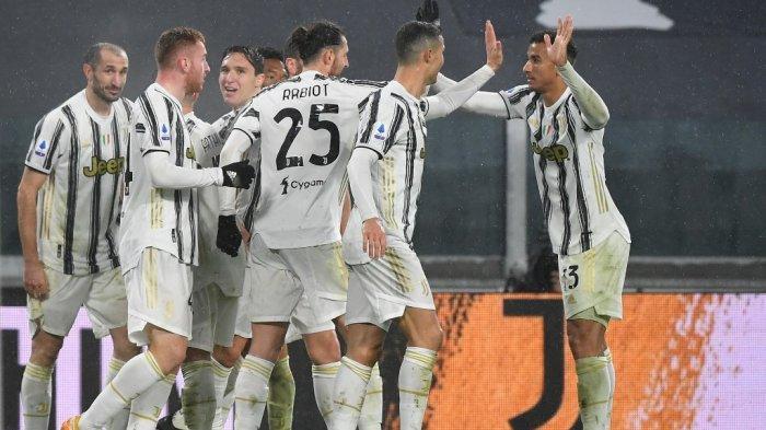 Cristiano Ronaldo dan Danilo merayakan gol bunuh diri di Liga Italai Serie A Juventus vs Roma pada 6 Februari 2021 di stadion Juventus di Turin.