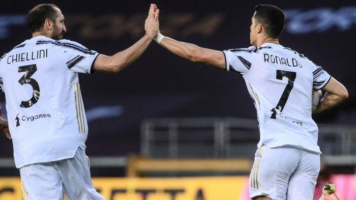 Cristiano Ronaldo dan Giorgio Chiellini merayakan gol di Liga Italia Serie A Torino vs Juventus pada 3 April 2021 di stadion Olimpiade di Turin.
