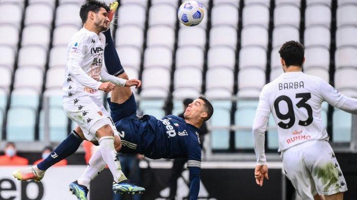 Cristiano Ronaldo melakukan tendangan salto di Liga Italia Serie A Juventus vs Benevento pada 21 Maret 2021 di stadion Juventus di Turin.