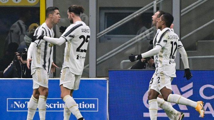 Cristiano Ronaldo membuka skor di leg pertama semifinal Piala Italia Inter Milan vs Juventus pada 2 Februari 2021 di stadion San Siro di Milan.