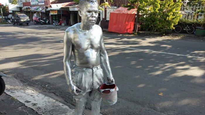 Dagangan Kupat Tahu Merugi Selama Pandemi, Pria di Yogyakarta Beralih Pekerjaan Jadi Manusia Silver