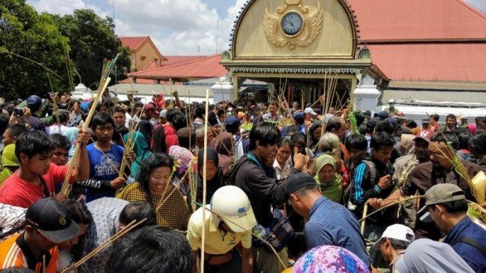 Masyarakat Serbu dan Berebut Gunungan Grebeg Mulud di Puro Pakualaman Yogyakarta
