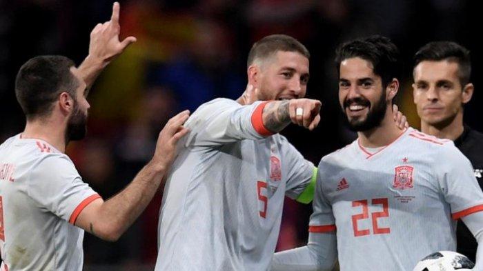 Dani Carvajal, Sergio Ramos, dan Isco merayakan kemenangan Timnas Spanyol atas Argentina dalam laga uji coba di Stadion Wanda Metropolitano, Madrid, 27 Maret 2018.