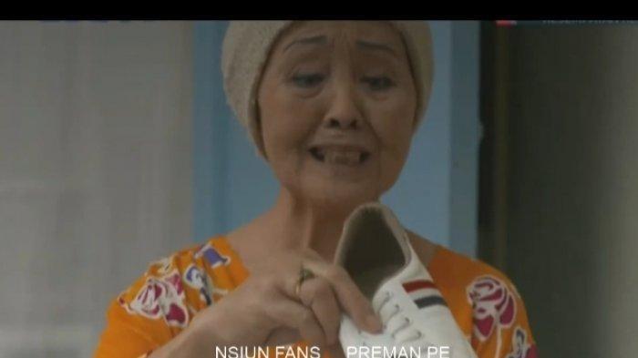 Ekspresi Emak saat mendapatkan hadiah sepatu Adinda gambar daun singkong 3 dari Kang Mus dalam FTV Preman Pensiun Kesempatan Kedua
