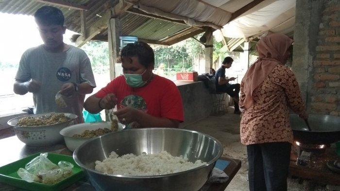 Dapur Seyegan Bagi Nasi Gratis untuk Pegawai Informal dalam Solidaritas Pangan Jogja