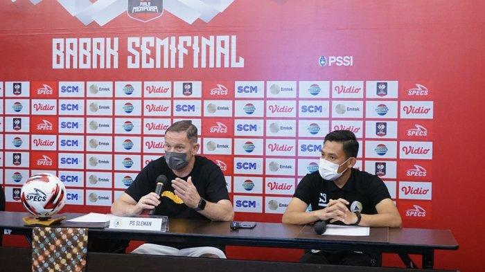 Dejan Antonic dan Derry Rachman pada jumpa pers PSS Sleman menjelang laga melawan Persib Bandung, Minggu (18/4/2021).