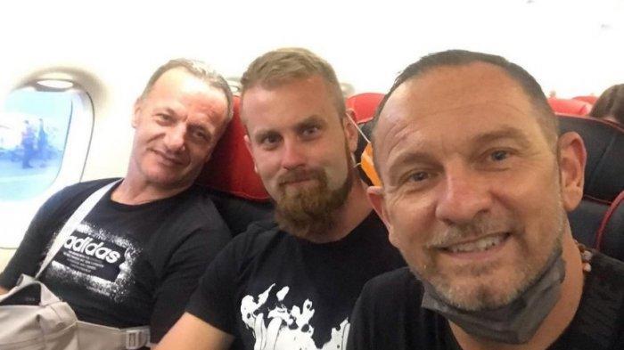 Dejan Antonic (paling kanan) berada di pesawat menuju Indonesia bersama Maslac (tengah) dan Mladen.
