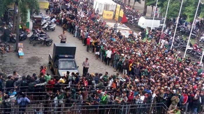 Demi Laga Persebaya Surabaya vs Persija Jakarta, Suporter Ini Rela Tidur di Stadion