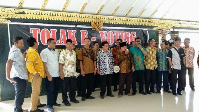 Puluhan Kepala Desa Gelar Unjuk Rasa di Kantor Bupati Sleman Tolak Sistem E-Voting