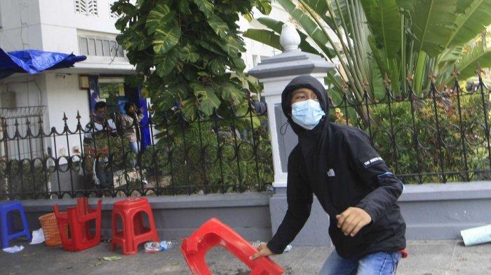 RICUH. Aksi unjuk rasa menolak UU Omnibus Law yang dilakukan dari berbagai elemen di kawasan Malioboro, Kota Yogyakarta, Kamis (8/10/2020).