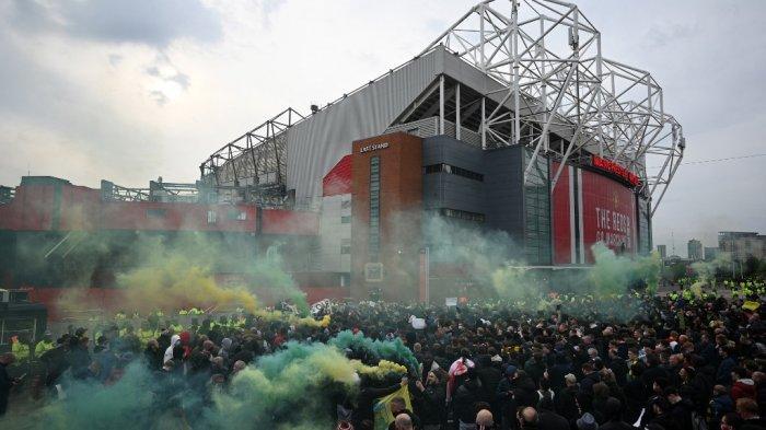 Demonstran memprotes pemilik Manchester United di luar stadion Old Trafford di Manchester, 13 Mei 2021, menjelang pertandingan sepak bola Liga Inggris Manchester United vs Liverpool.