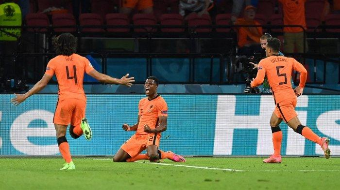 Denzel Dumfries (tengah) berselebrasi seusai mencetak gol ketiga Belanda pada laga Grup C EURO 2020 melawan Ukraina di Johan Cruyff Arena, Amsterdam, Senin (14/6/2021) WIB