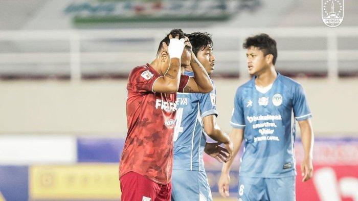 Penyerang Persis Solo, Ferdinand Sinaga tampak kecewa usai gagal memaksimalkan peluang di laga kontra PSIM Yogyakarta pada lanjutan Grup C Liga 2 2021/22 di Stadion Manahan, Solo, Selasa (12/10/2021).