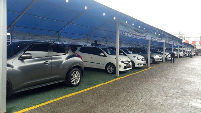 Deretan mobil yang dijual di bursa mobil carsentro jalan magelang km 4.6 Sleman, Yogyakarta.
