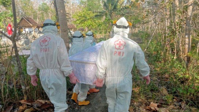 Mengenakan APD, sejumlah relawan PMI Gunungkidul membantu proses pemakaman jenazah pada Minggu (20/09/2020) kemarin.