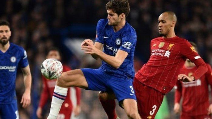 Marcos Alonso (kiri) berebut bola dengan Fabinho (kanan) dalam laga Chelsea vs Liverpool pada putaran kelima Piala FA di Stadion Stamford Bridge, Selasa (3/3/2020) atau Rabu dini hari WIB.
