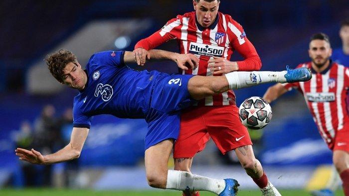 Bek Chelsea Marcos Alonso (Kiri) adu kuat dengan bek Atletico Madrid Jose Gimenez selama pertandingan sepak bola leg kedua babak 16 besar Liga Champions antara Chelsea dan Atletico Madrid di Stamford Bridge di London pada 18 Maret 2021.